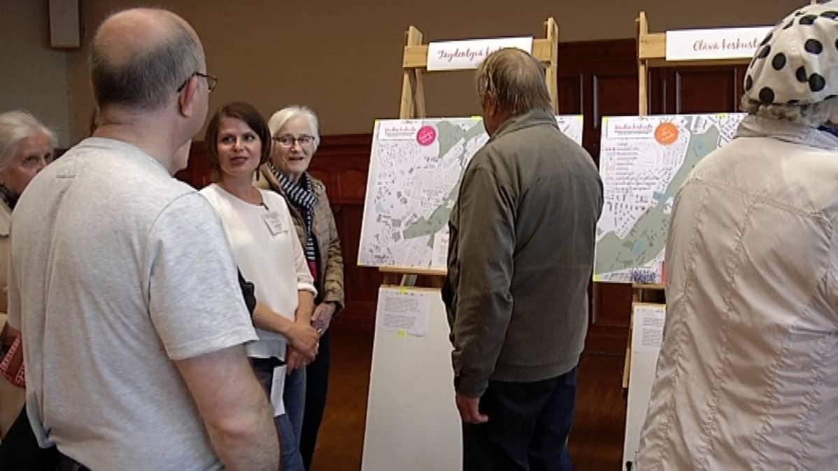 Kaavoitusarkkitehti Paula Julin esitteli Jyväskylän keskustasuunnitelmia Lyseolla.