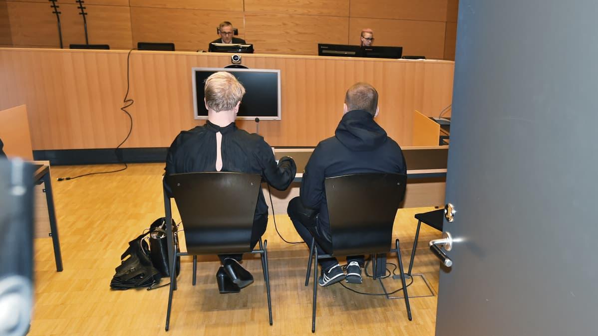 Törkeästä kuolemantuottamuksesta epäilty Jesse Torniainen (kuvassa oikealla) oikeudessa asianajajansa kanssa.