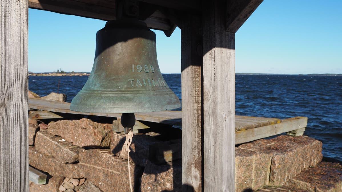 Vanha kello Tammion satamalaiturin päässä.