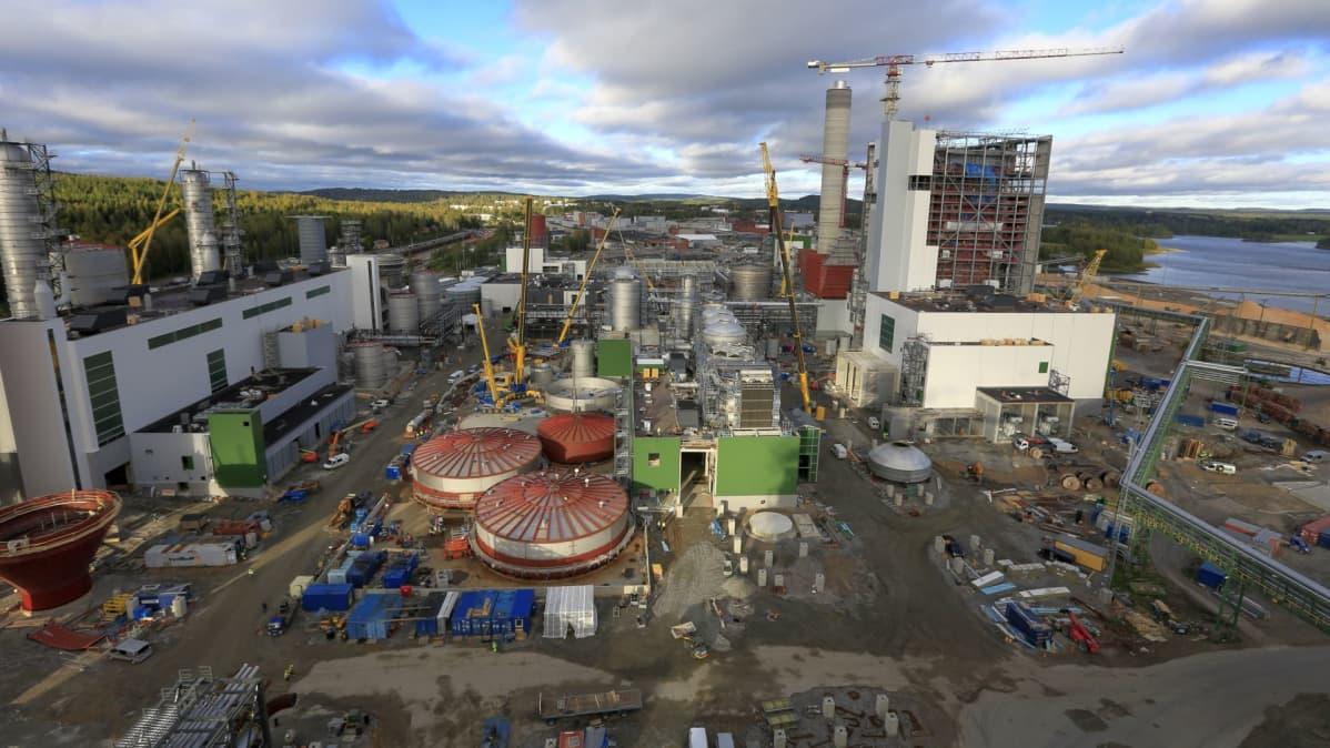 Biotuotetehdas rakentuu varsin suurista osista, jotka tuodaan Äänekoskelle maanteitse.