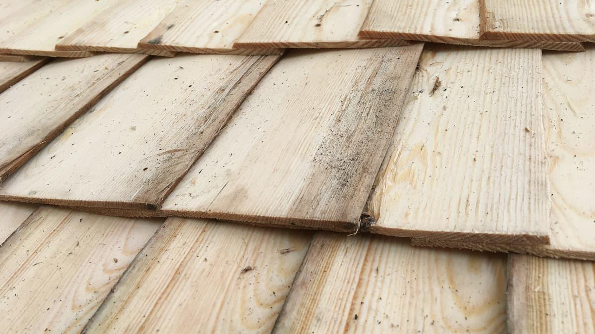 Kotkaniemen uutta pärekattoa lähikuvassa