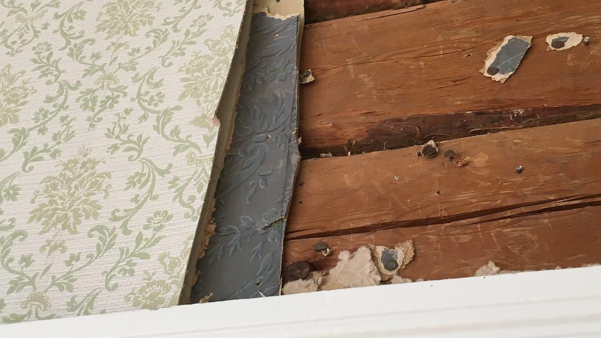 Kotkaniemen vanhoja tapetteja seinällä