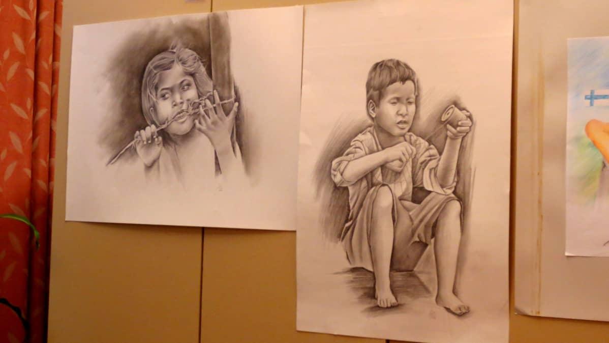 Valokuvien lisäksi näyttelyssä on lahjakkaan nuoren piirustuksia.