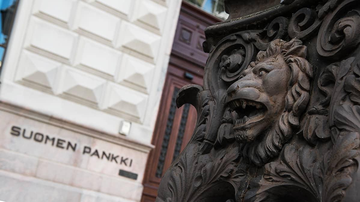 Lyhtypylvään koristeleijona vahtii Suomen Pankin sisäänkäyntiä.