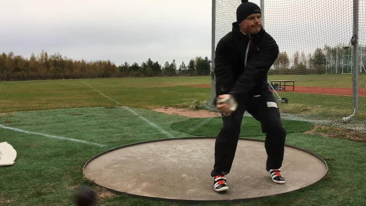 Tuomas Seppänen harjoittelee moukariringissä.