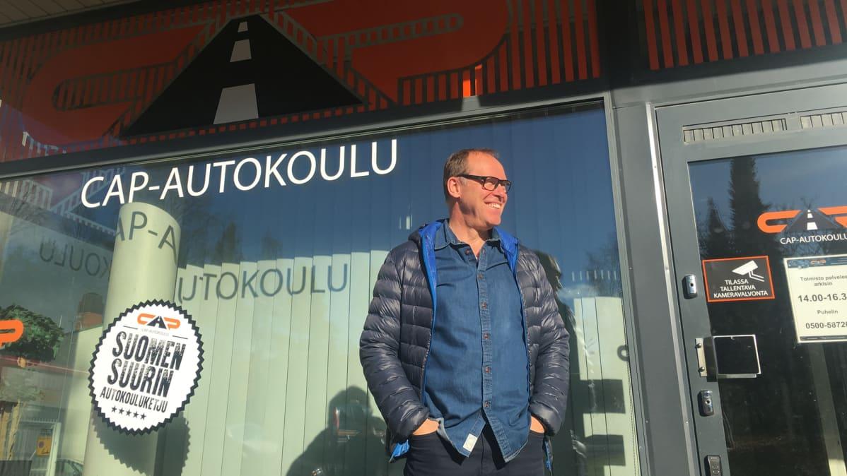 Yrittäjä Jarmo Veija Kajaanin CAP-autokoulun edessä.
