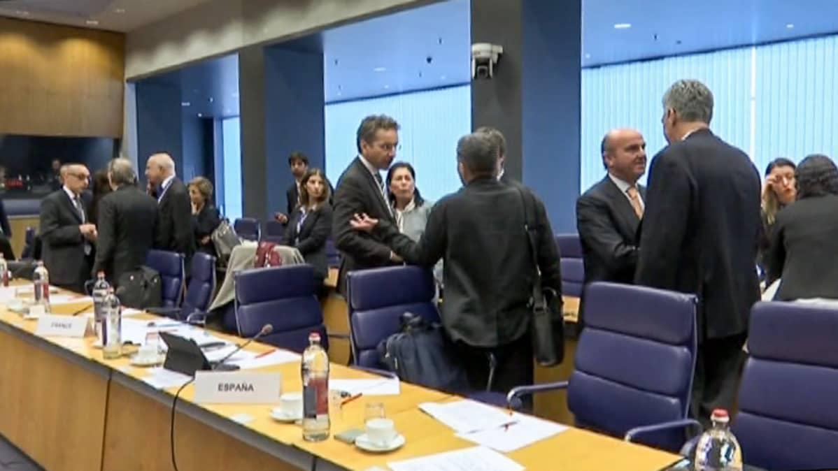 ministerit juttelevat ennen kokouksen alkua