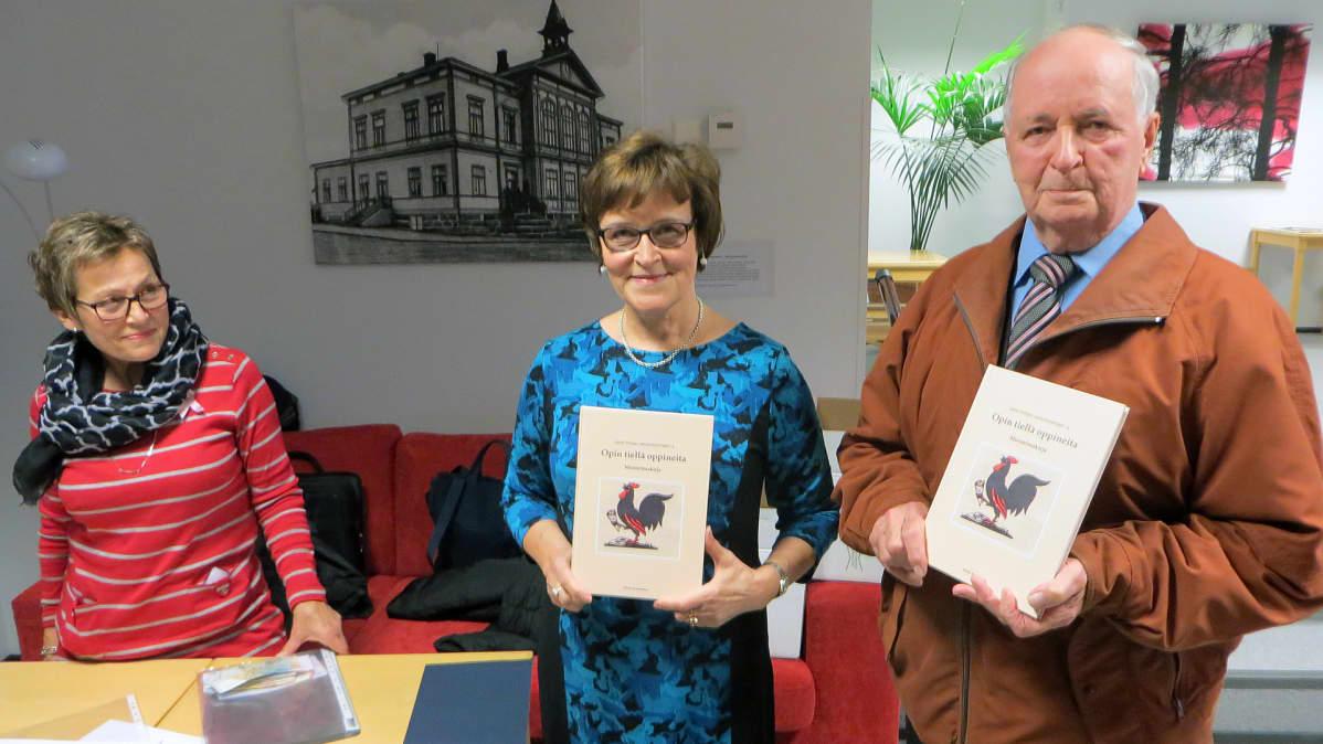 Kuvassa vasemmalta Marjatta Heikkinen, senioriopettajien pj. Kerttu Ståhlberg ja Esko Ylipiessa.