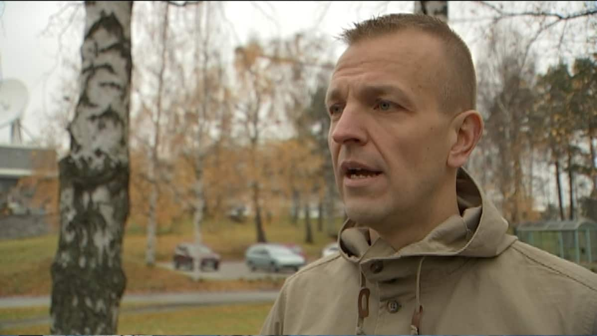 Kuvassa asejärjestelmien asiantuntija Arto Pulkki TV-haastattelussa.