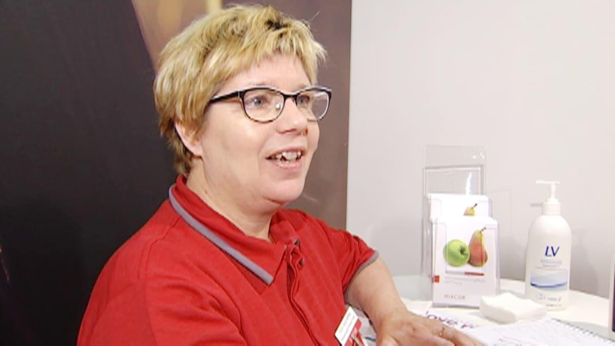 Työfysioterapeutti Tuija Laukkarinen tulkitsee kehonkoostumusmittauksen tulokset.