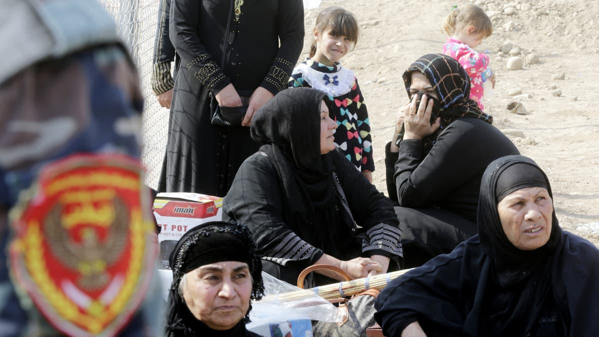 Mosulista paenneet irakilaiset naiset odottavat apua Khazirissa.