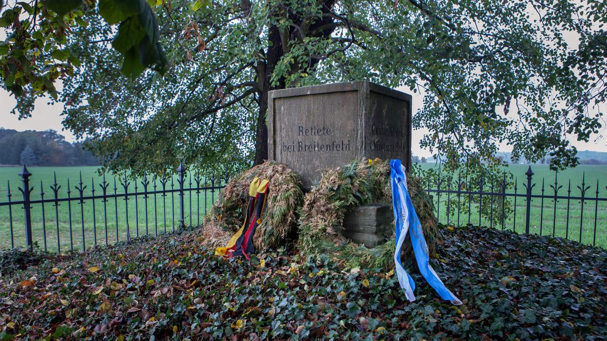 Breitenfeldissä suomalaiset hakkapeliitat ja ruotsalaiset sotivat katolisia vastaan kolmikymmenvuotisessa sodassa 1631. Muistomerkin juurella on saksalainen ja suomalainen muistoseppele.