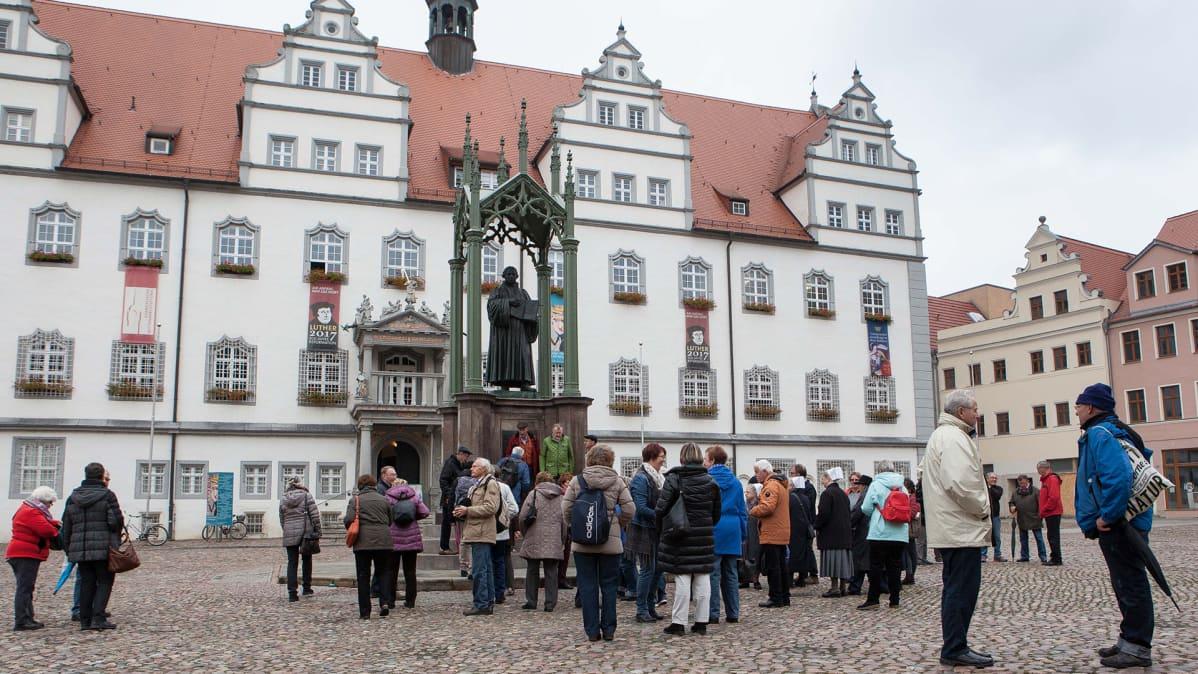 Wittenbergin vanhan raatihuoneen edessä on Lutherin patsas. Luther-turistit valtaavat kaupungin.