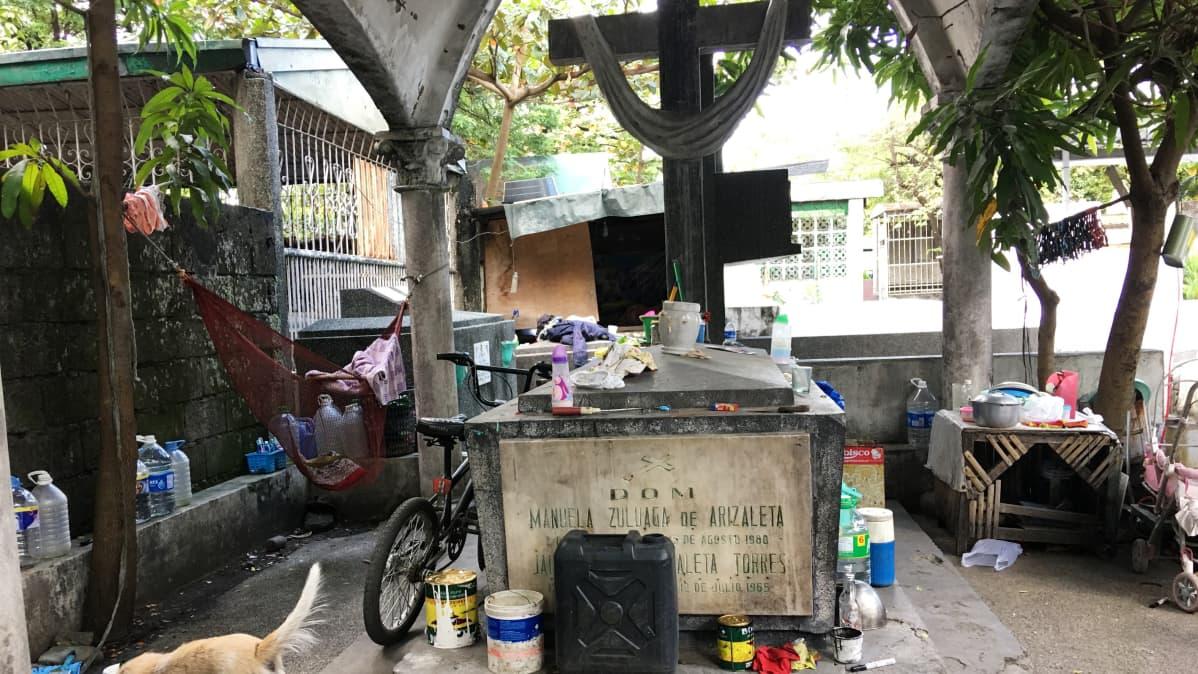 Jotkut haudat ovat niin isoja, että niiden rakennelmiin on muuttanut asumaan koditonta köyhälistöä.