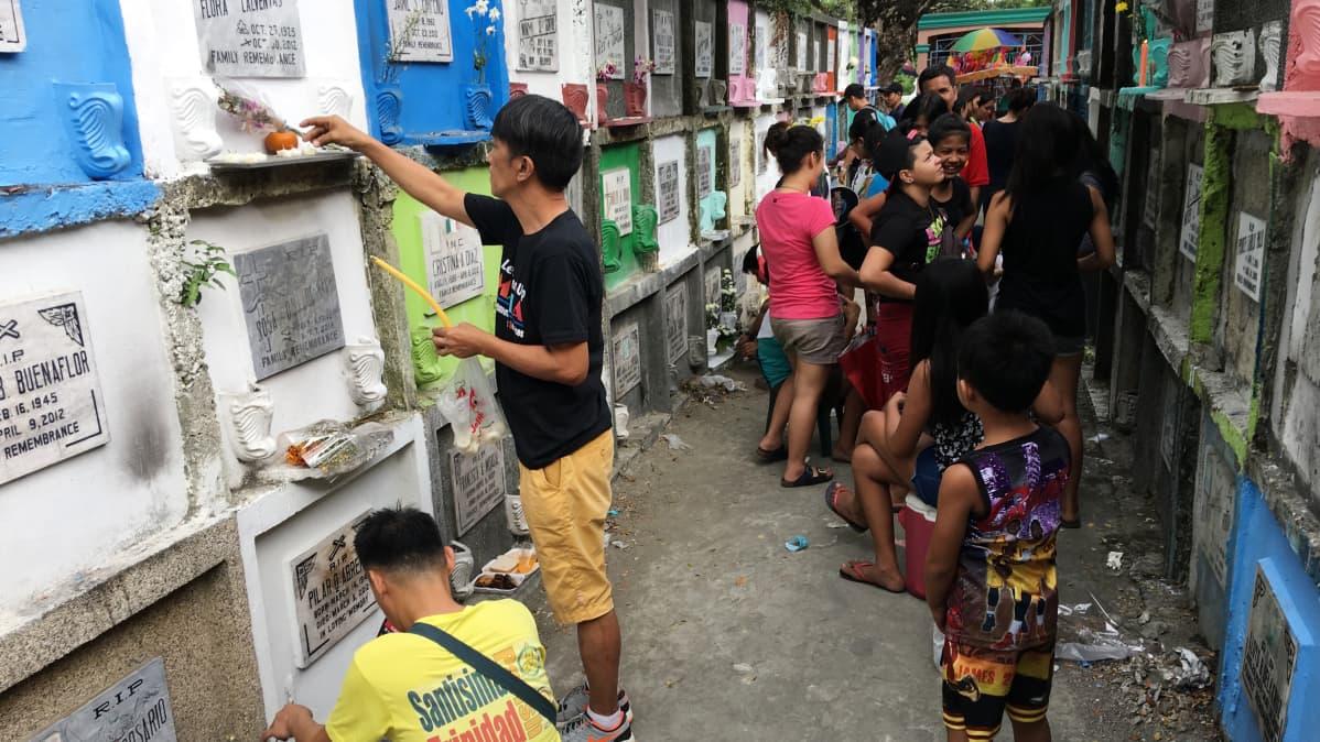 Manilan eteläiselle hautausmaalle odotetaan pyhäinpäivän aikaan miljoonaa vierasta.