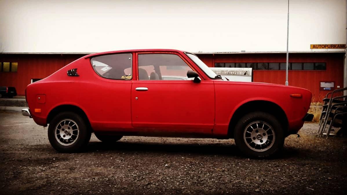 Punainen vanha auto, Datsun 100A