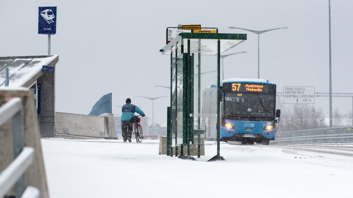 Liikennettä lumipyryssä.