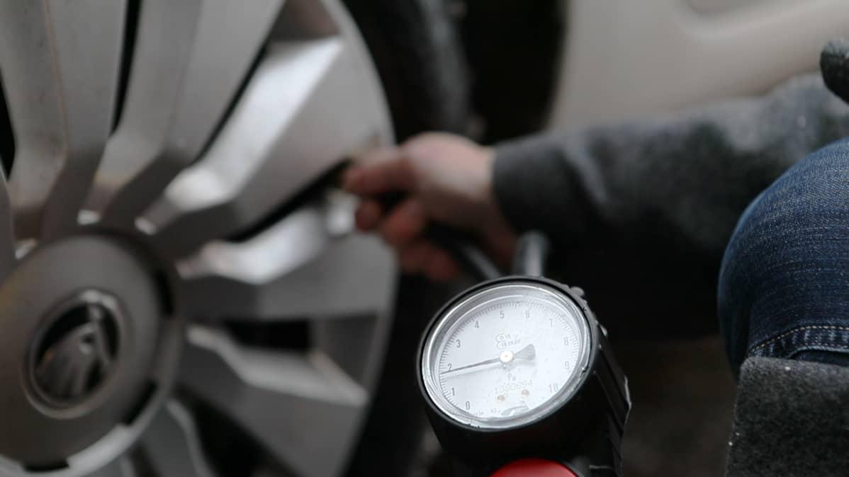 Yleinen käsitys on, etteivät rengaspainemittarit kerro kovin tarkkoja lukemia. Teimme pikatestin viidellä huoltoasemalla.