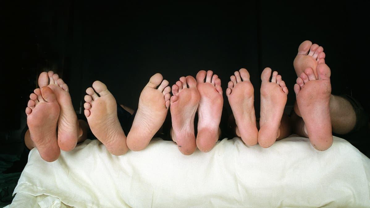 Jalkapohjia sängynpäädyssä.