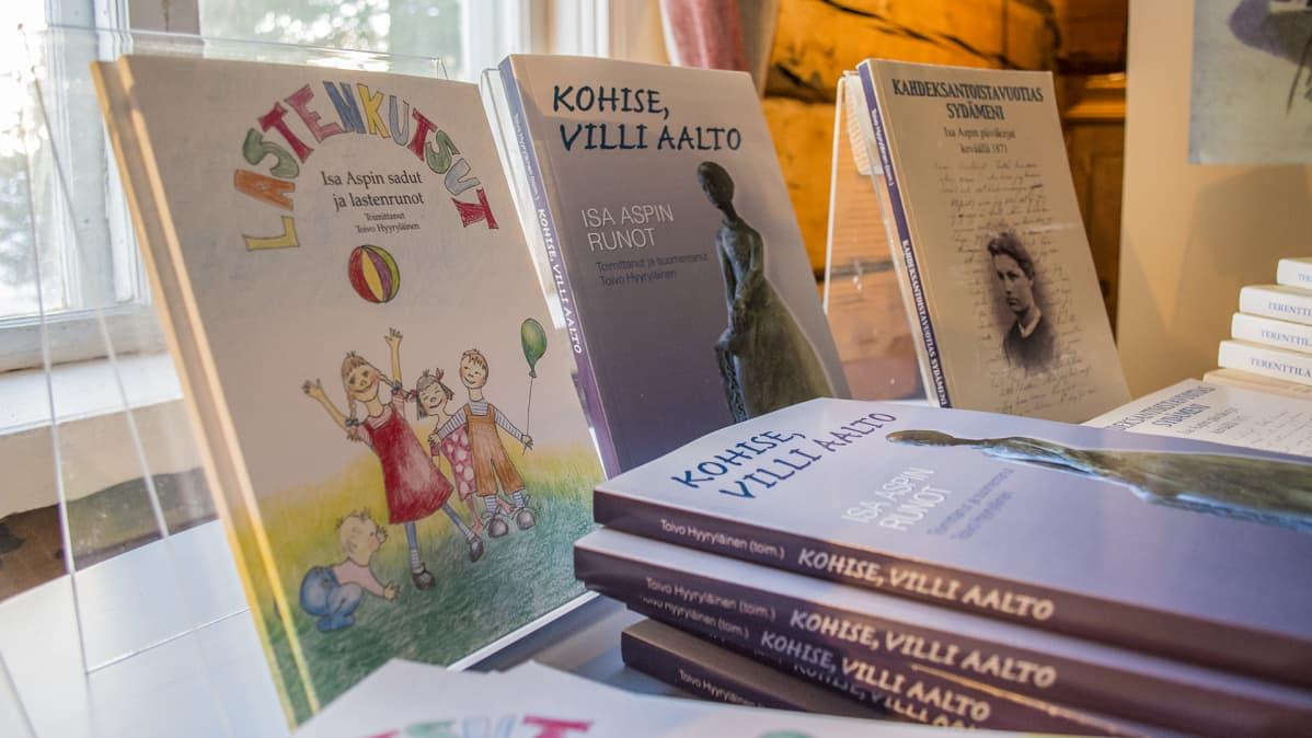 Isa Aspin tuotannosta postuumisti tehtyjä kirjoja.