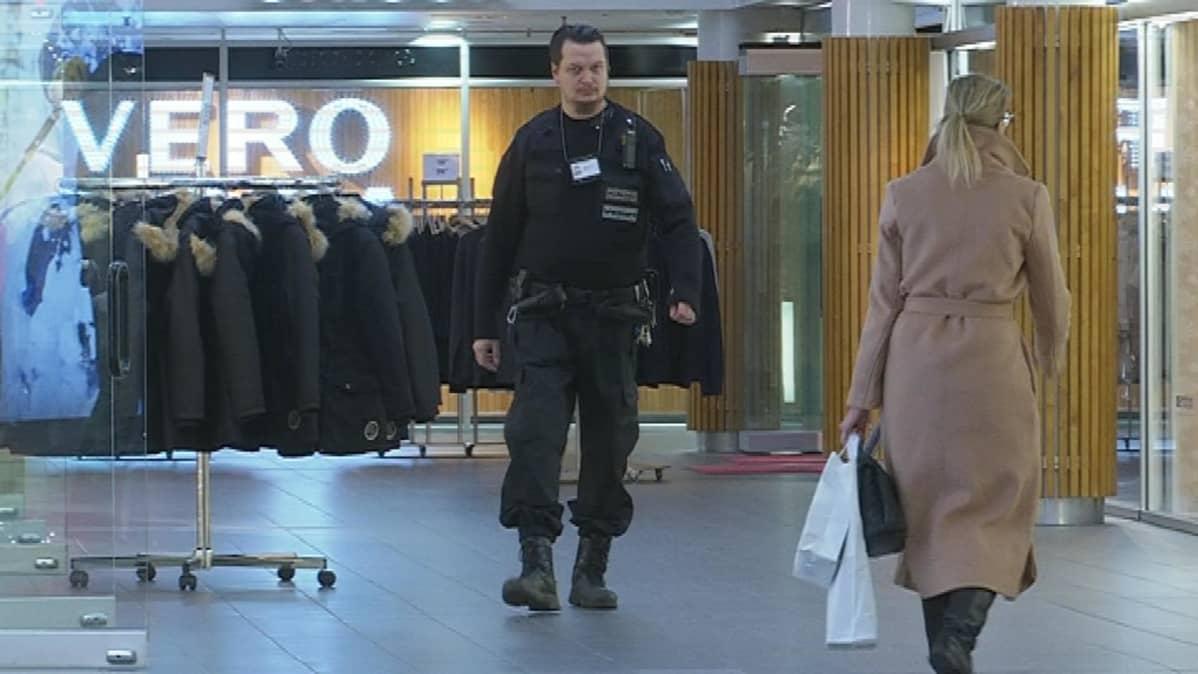 Vartila poistuu vaatekaupasta Rewell Centerissä Vaasassa