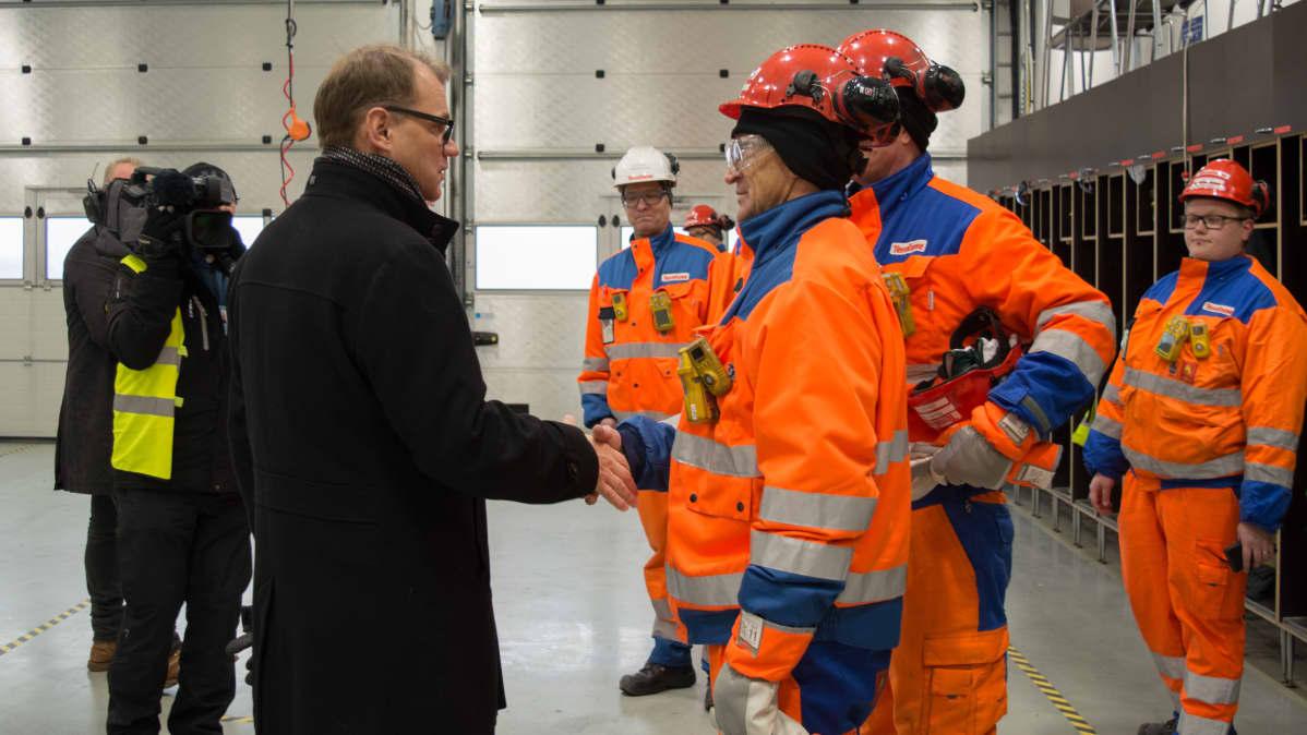 Pääministeri Juha Sipilä tapasi Terrafamen hallituksen puheenjohtaja Lauri Ratian kaivoksella 14.11.2016.