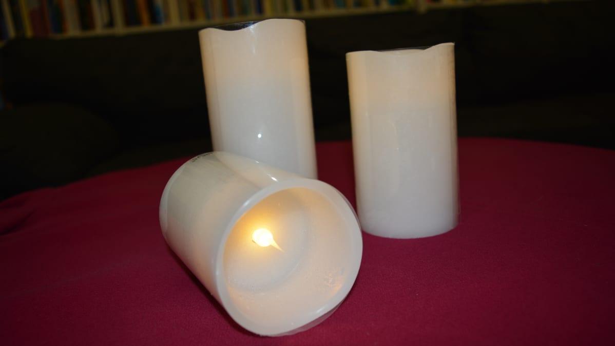 Pattereilla toimiva kynttilä on aidon näköinen. Jopa liekki lepattaa.