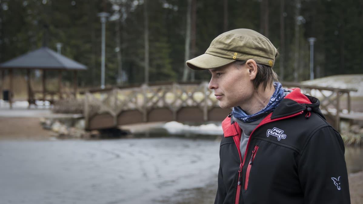 Kalastusyrittäjä Markus Sällinen Kokkolan Pikiruukinlammen rannalla.