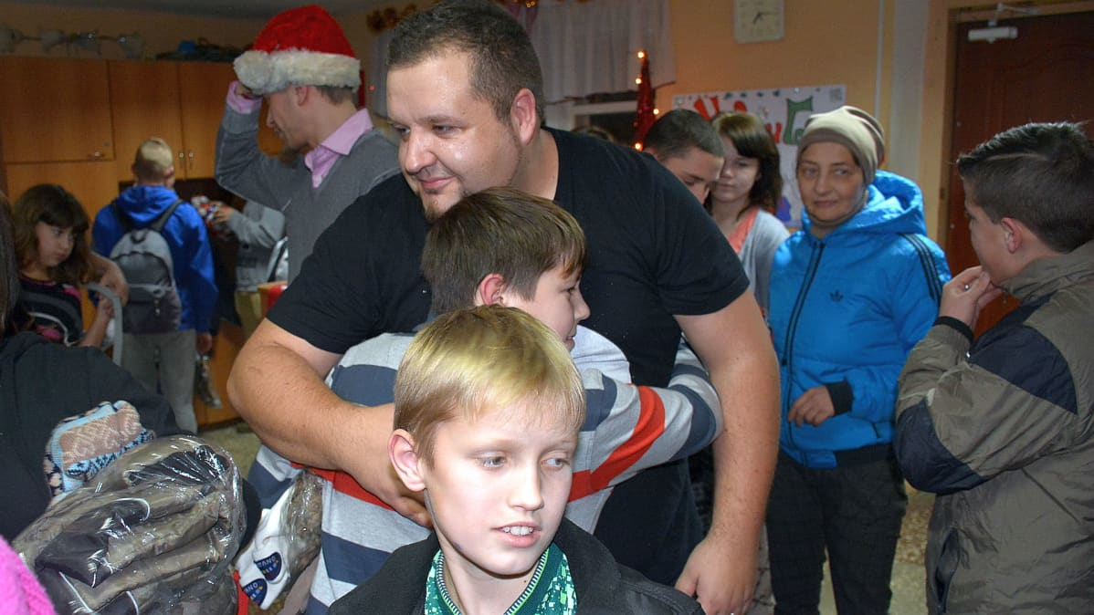 Mariupolin orpokodissa suomalaisia lahjojentuojia pidetään joulupukkeina viime joulun alla.