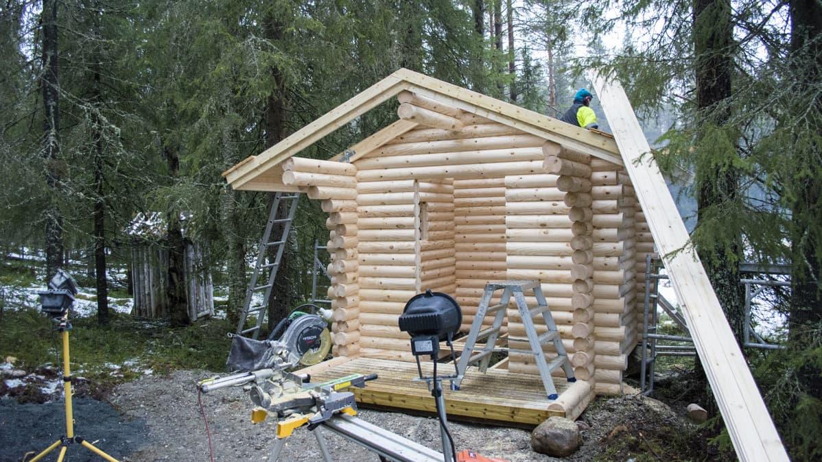 Hossassa rakennetaan WC:tä.
