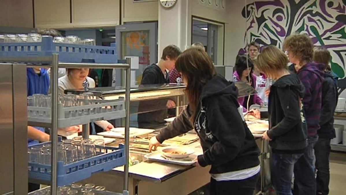 Koululaiset ottavat ruokaa koulun ruokalinjastolta