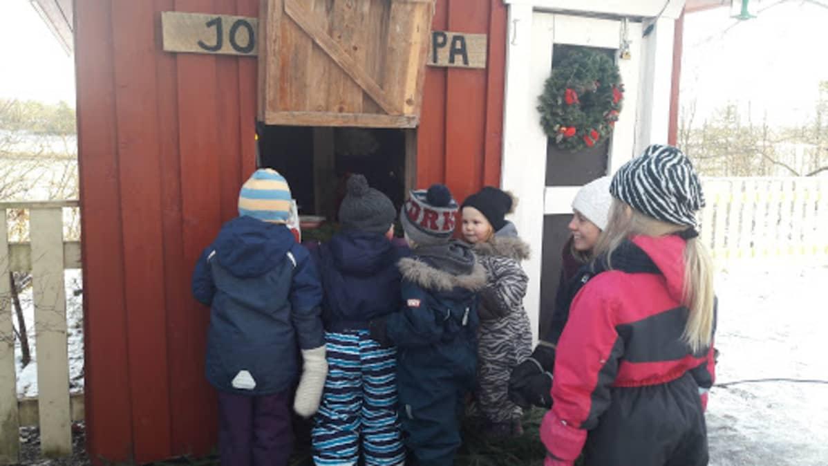 Askolan Tammenterhon päiväkodin lapset tutustuvat elävään joulukalenteriin.
