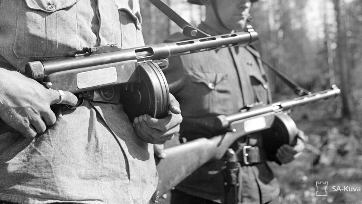 Jatkosodan sotilaita aseineen
