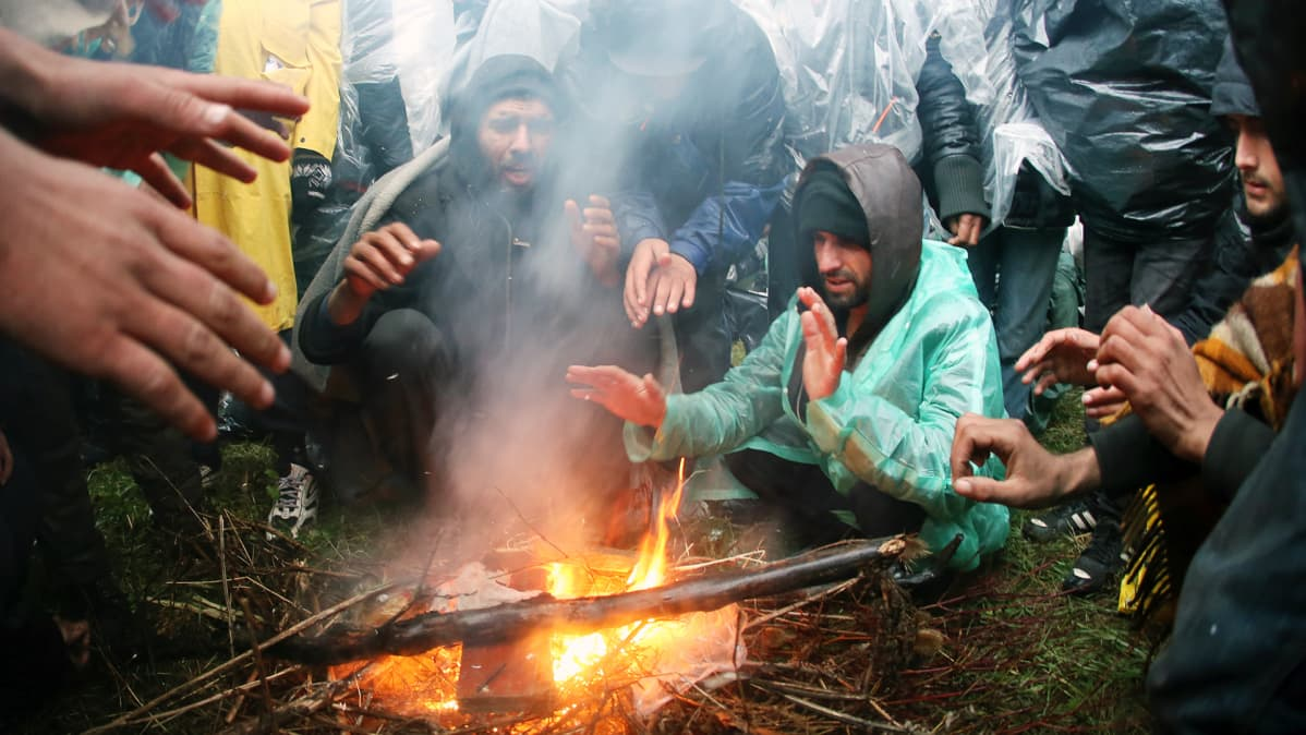 Turvapaikanhakijoita Serbian ja Kroatian rajalla.