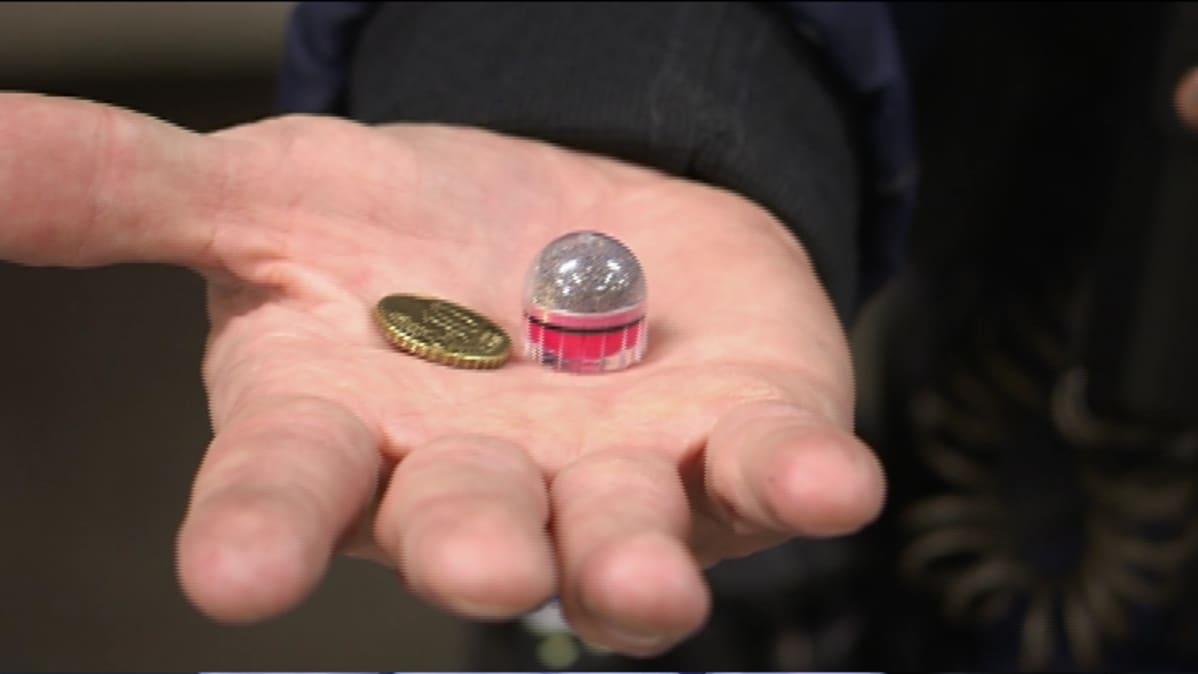 Muovinen projektiili hajoaa osuessaan. Se jättää ihoon noin 50 sentin kolikon laajuisen mustelman.