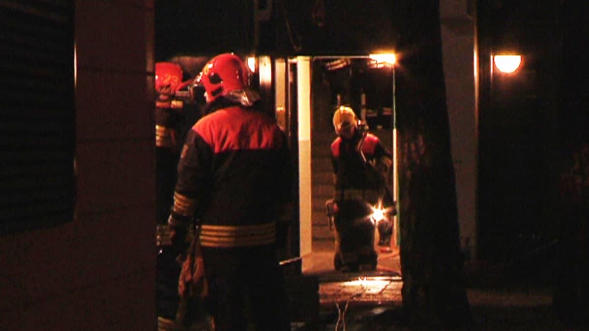 Palomiehiä kerrostalon edustalla Vuosaaressa varhain perjantaiaamuna 9. joulukuuta.