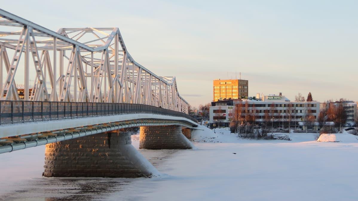 Tornioon menevä silta kaupungin keskustan edustalla.