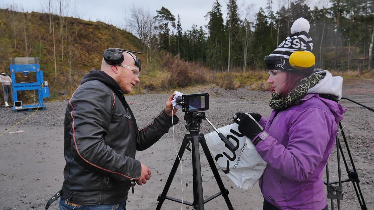Hydraulic Press Channel Lauri Vuohensilta ja Anni Vuohensilta valmistelevat kuvausta.