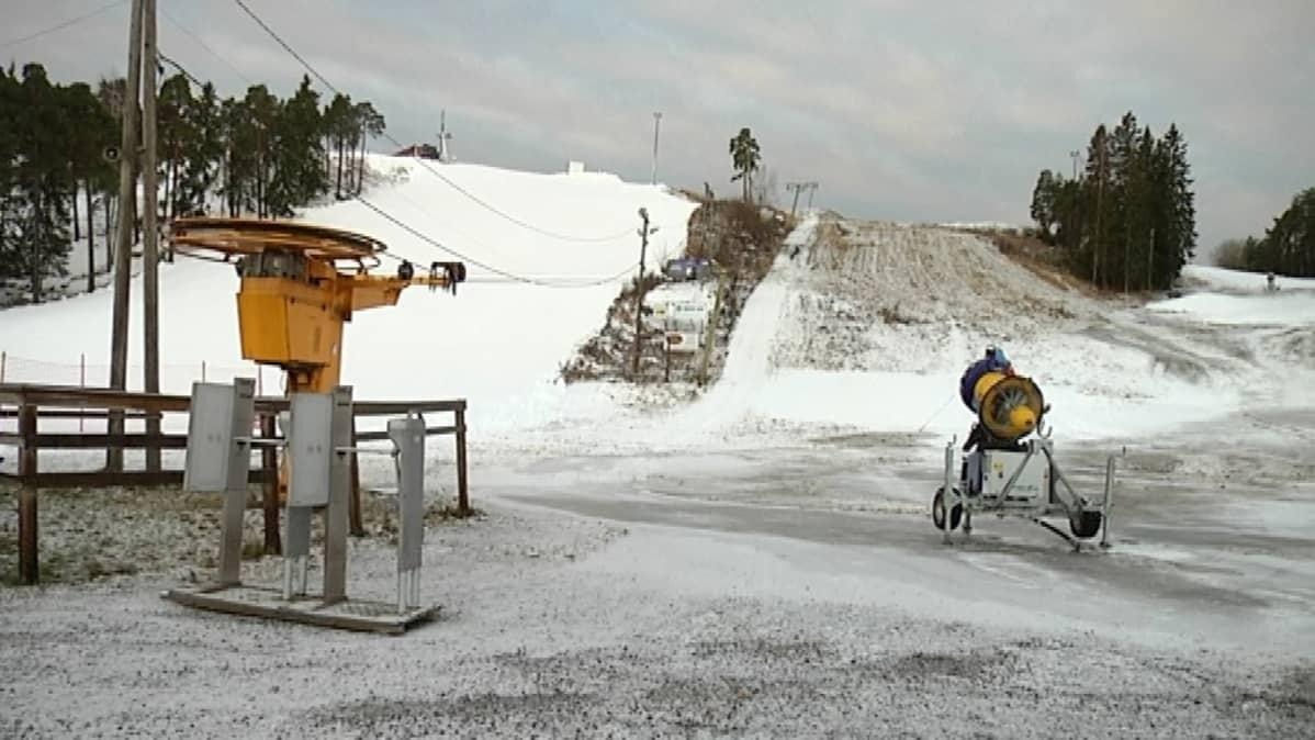 Hirvensalon maisemaa lumetuksen jälkeen.
