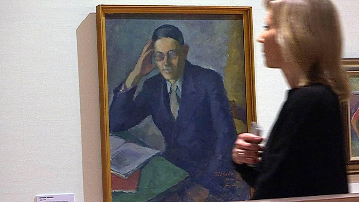 Nainen katsoo Vilho Penttilästä maalattua öljytyötä