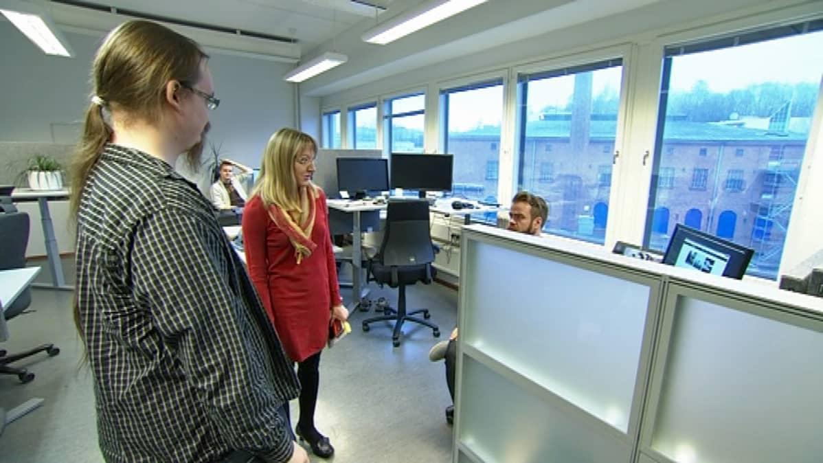 Ville Pirttimäki tutustumassa uuteen työpaikkaansa ja tuleviin työtovereihinsa.