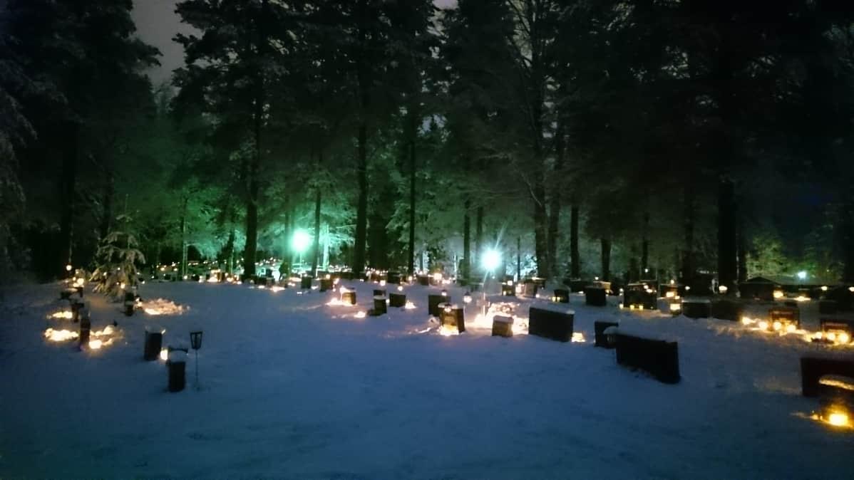 Rautavaaran hautausmaa jouluaattona