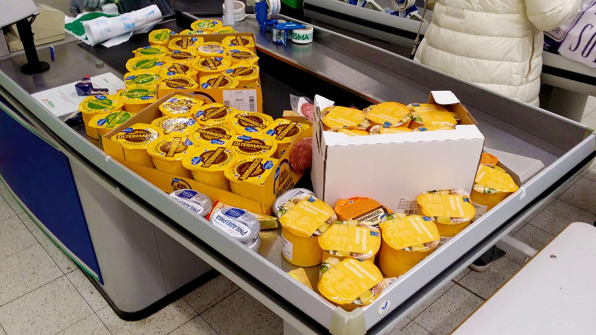 Venäläisten ostamaa juustoa kassalla.
