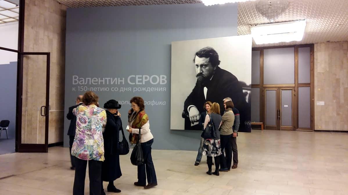 ihmisiä museon aulassa