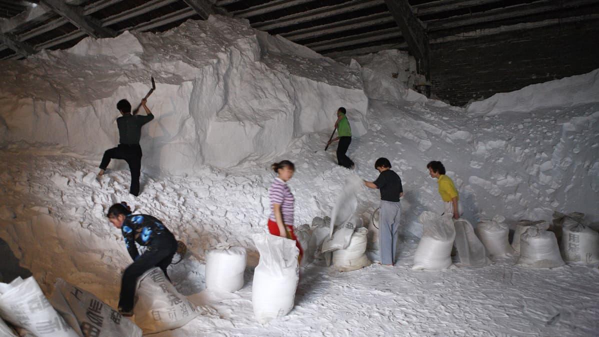 Työntekijät pussittavat suolaa Sichuanin maakunnassa.