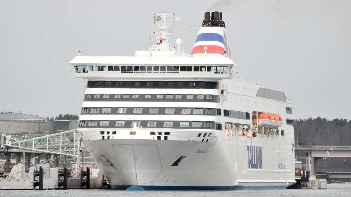Tallink Romantika kuvattuna Tukholman satamassa 6. joulukuuta 2015.