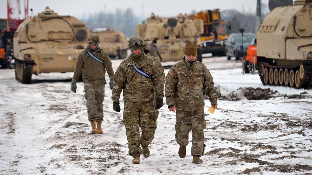 Yhdysvaltain armeijan 3. panssariprikaatin sotilaita saapumassa Puolaan.