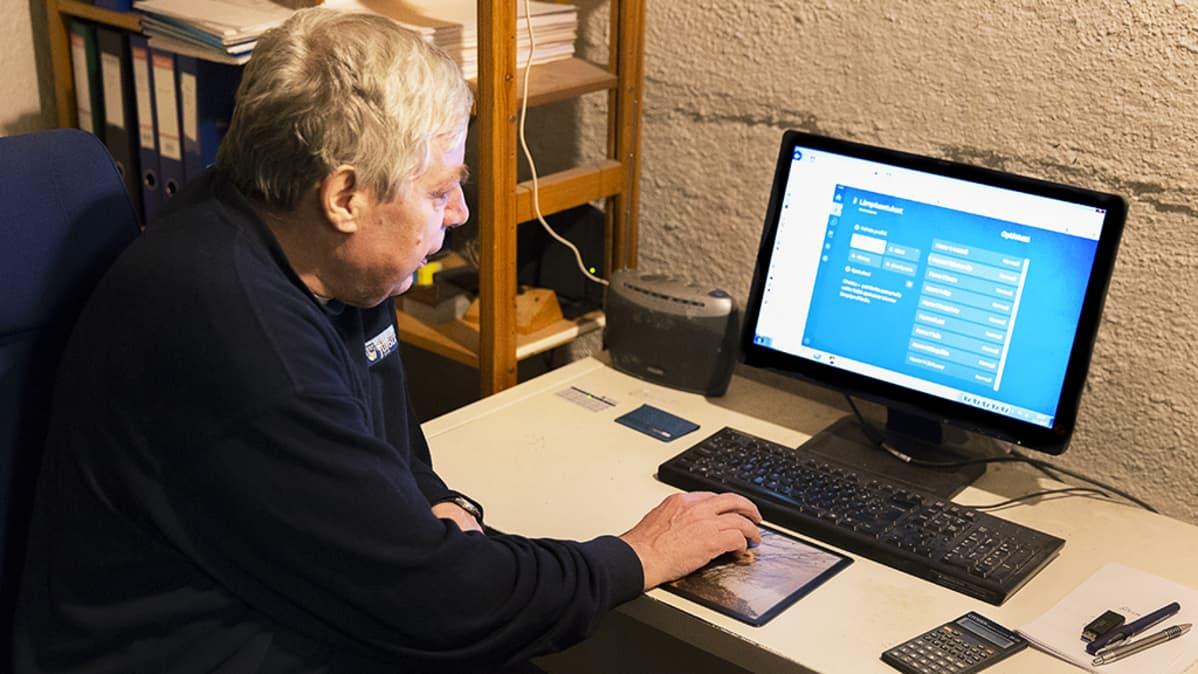 Ilkka Niemi käyttää optiwatti sähkönkulutuksen seurantajärjestelmää kotonaan.