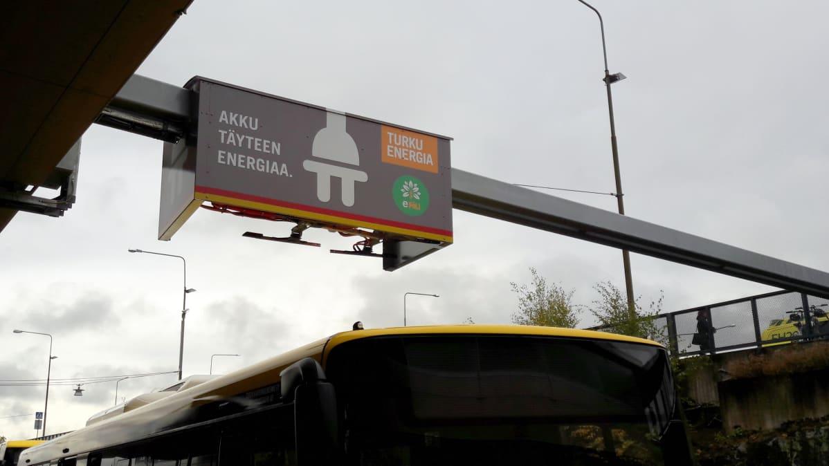 Sähköbussin latausasema Turun lentokentällä.