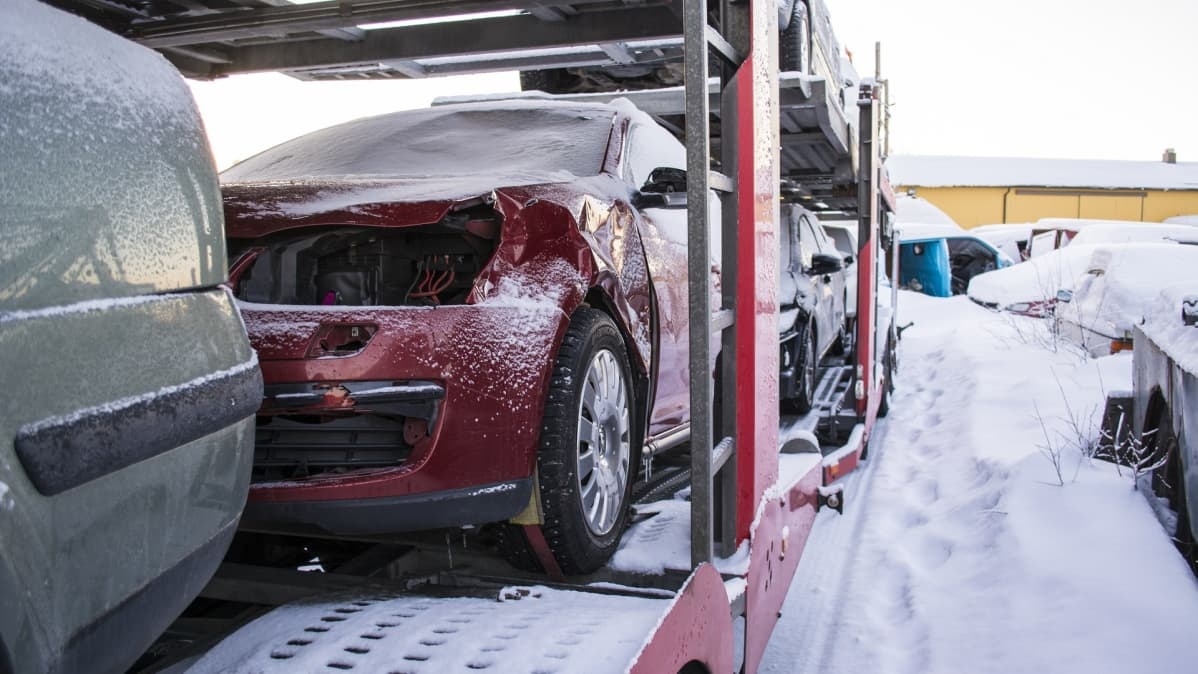 Kolariautoja lähdössä vakuutusyhtiön purkaamoon.